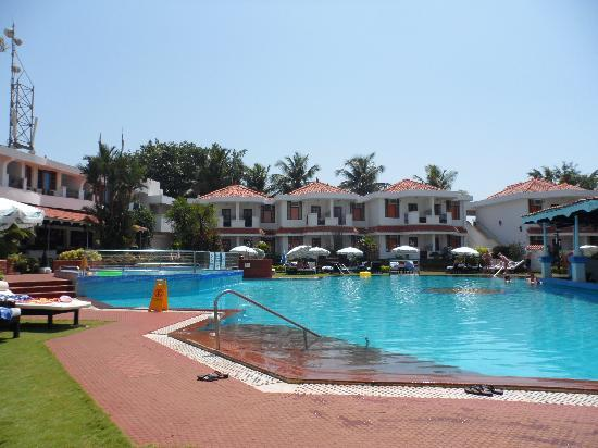 Cansaulim, India: A view across the pool