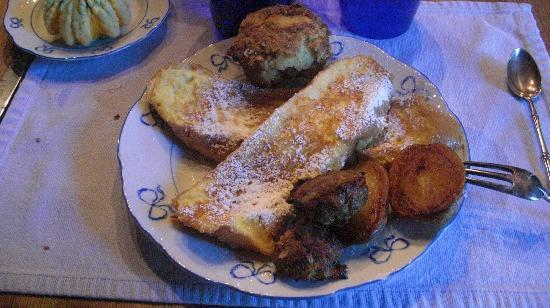 Audrey's Farmhouse Bed & Breakfast: french toast!