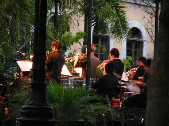Il Mosto: band playing on plazuela