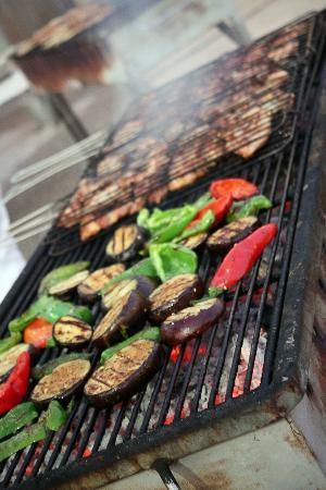 Minoa Palace Resort: Amazing food being cooked on the BBQ