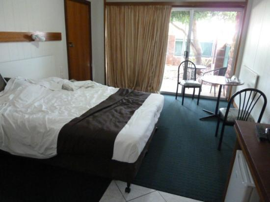 Elkira Court Motel: Our room (road to the front)