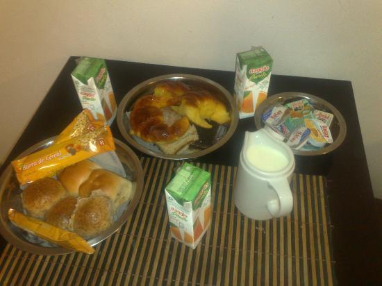 Cordoba 860: Desayuno con cereales,jugos,queso untable,panes,facturas etc