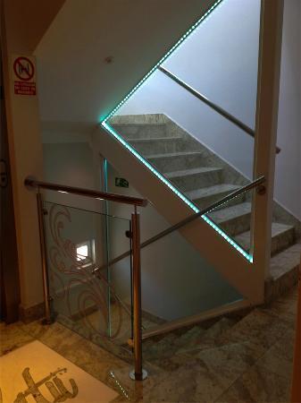 Hotel Olatu: Escalera y ascensor