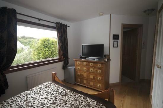 Ardenlea: Double bedroom with en-suite shower room