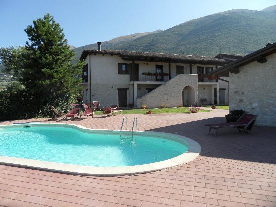 Agriturismo Le case di Quarantotti : la casa vista dalla piscina