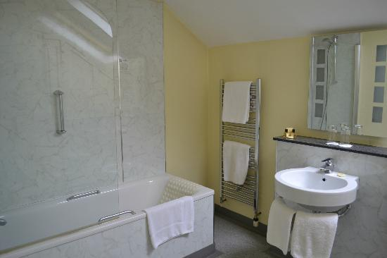 The Ashburn Hotel: spacious bathroon