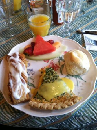 Bay View of Mackinac Bed & Breakfast : Spinach quiche, fruit, biscuit & cinnamon log