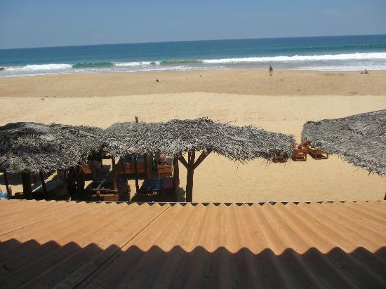 Drifters Hotel and Beach Restaurant: beach by Drifters
