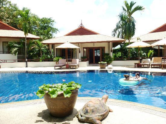 โรงแรมไรซิ่งซัน เรสซิเดนซ์: Aussicht vom Pool aus