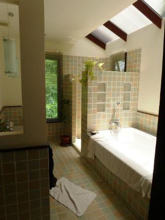 Rising Sun Residence: Badezimmer mit Badewanne und Dusche