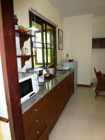 Rising Sun Residence: Kitchenette mit Mikrowelle, Kaffemaschine, Wasserkocher etc