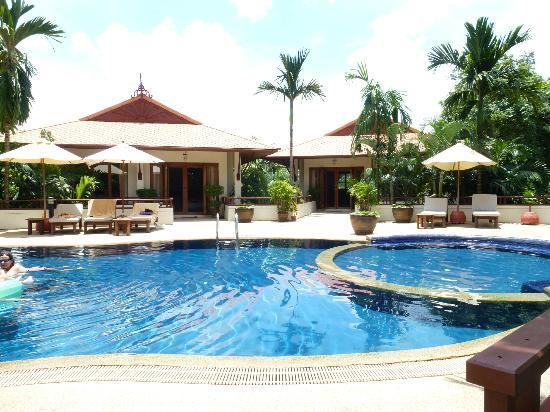 Rising Sun Residence: am Pool, rechts der Whirlpool