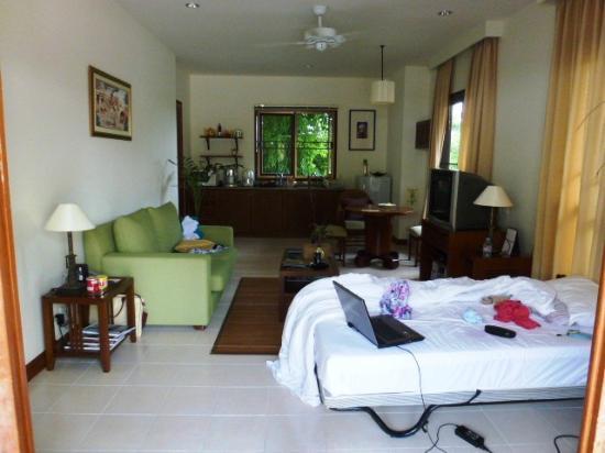 Rising Sun Residence: Wohnzimmer, hier mit Beistellbett