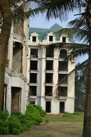 Crown Spa Resort Hainan: derelict buldings
