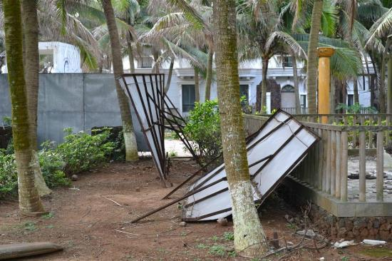 Crown Spa Resort Hainan: fence-half broken