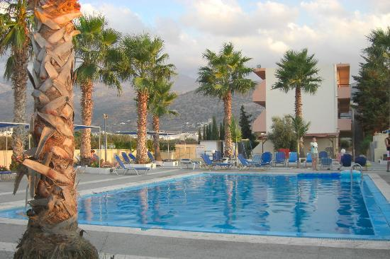 Triton Hotel : View of Pool From Bar