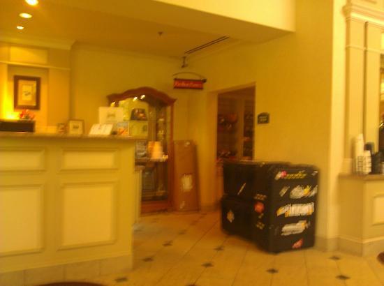 Hilton Garden Inn Baltimore / White Marsh: Desk and Snack Shop
