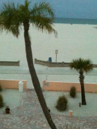 Thunderbird Beach Resort: Looking out over beach and Gulf from 2nd floor