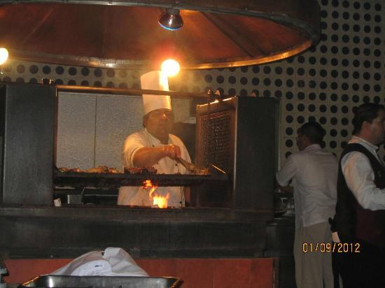 ‪إل سيد غرناطة: Chef at El Patio (outside grill)‬
