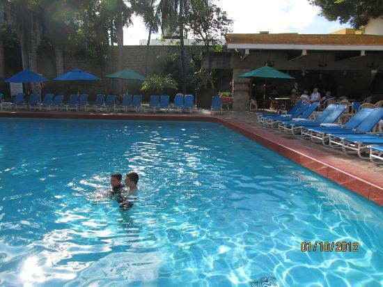 ‪إل سيد غرناطة: Granada Pool with El Patio restaurant in background‬
