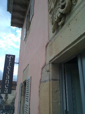 Tresanea Apartamentos Hotel : Detalle de la fachada desde el balcón