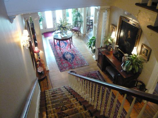 1842 Inn: Central staircase and hall