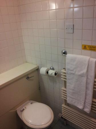 Travelodge Derry: bathroom 1