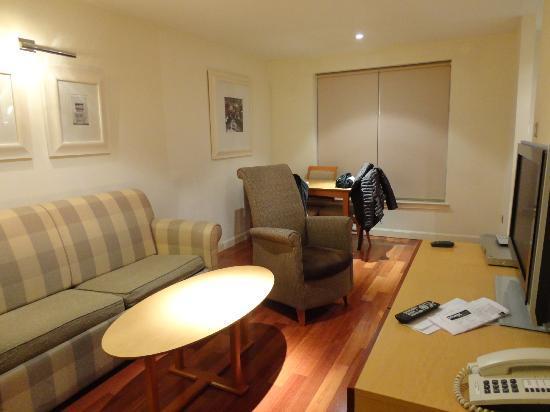 Holyrood apartHOTEL: Comedor
