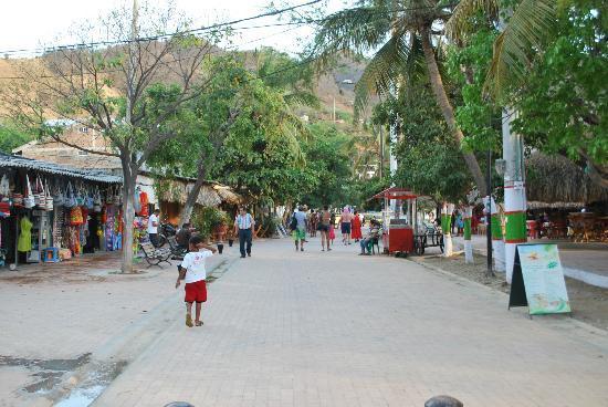 Hotel Bahia Taganga: Taganga main strip