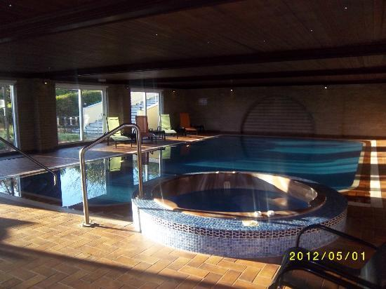 Redhill House: pool/jacuzzi...