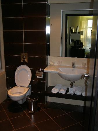 A-Story Hotel: Bathroom
