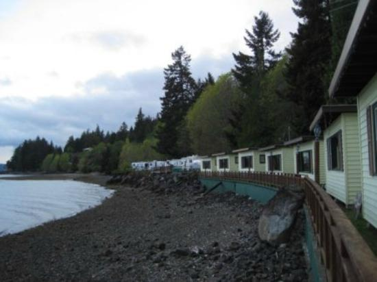 Mikes Beach Resort: View of row of cabins