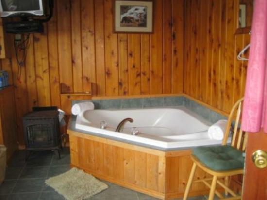 Mikes Beach Resort: in-cabin jacuzzi #6