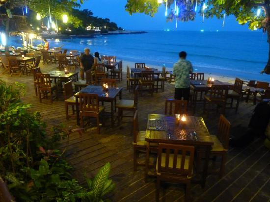 Samed Cabana Resort : Restaurant in the evening