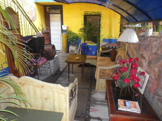 Hotel La Estancia: sala de estancia con tv y dvd en el patio