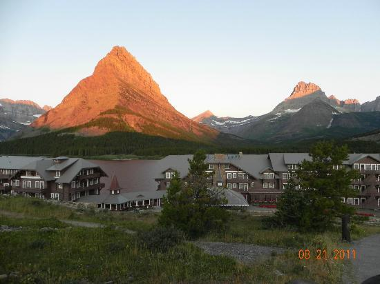 Babb, มอนแทนา: Sunrise over Many Glacier Hotel