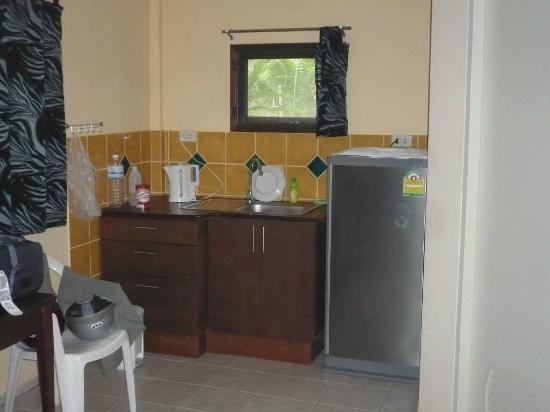 Lake View Bungalows: Küchenzeile mit Kühlschrank