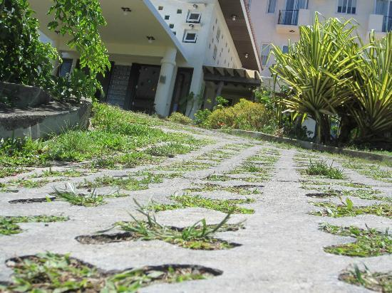 โรงแรม โซฟเฟีย โบราเคย์: Treacherous steep driveway leading to lobby;  hollow paving stones will twist ankles;