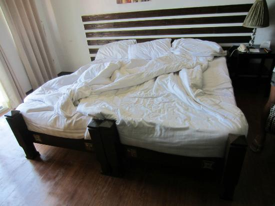 Hotel Soffia Boracay: Two single beds pushed together does not equal a king size bed;