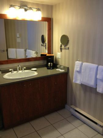 Victoria Regent Hotel: The nice big washroom!