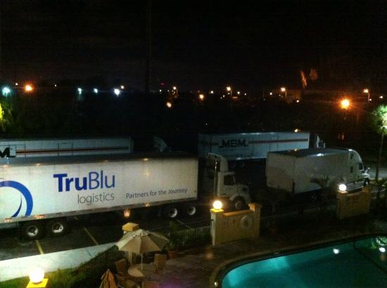 Holiday Inn Express Miami-Hialeah (Miami Lakes): Lorries at night, viewed (and heard!) from our 3rd floor room