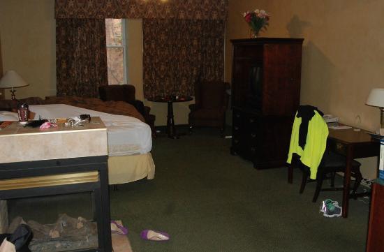 Peterborough Inn & Suites Hotel : TV hutch