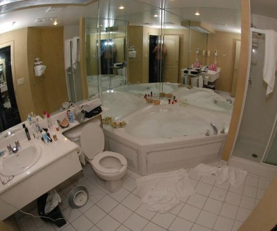 Peterborough Inn & Suites Hotel : Funtime bathroom with a Jacuzzi Tub
