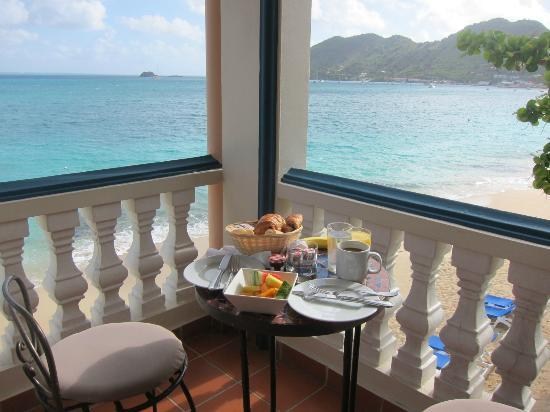 Le Petit Hotel: breakfast on our balcony