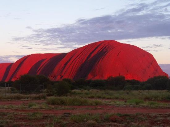 Uluru-Kata Tjuta National Park, أستراليا: Sunrise at Uluru