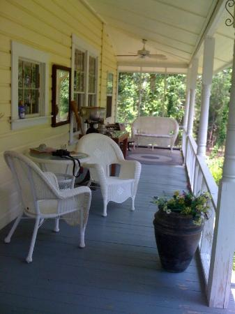 Holly Hill Homestead B&B: The Front Porch at Holly Hill Holmstead