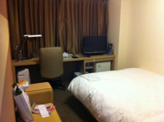 โรงแรมไดว่ารอยเนต เกียวโต-ฮาจิกุจิ: Desk and small tv
