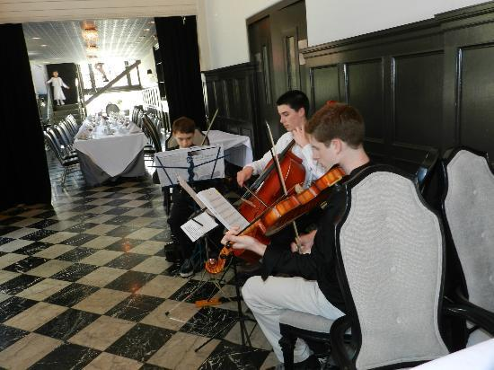 The Culver Hotel: string trio serenading the ladies before the tea
