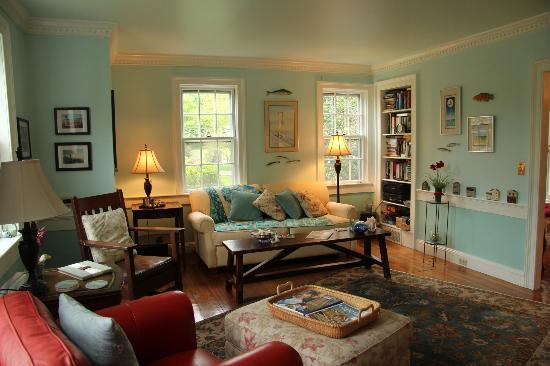The 1750 Inn at Sandwich Center: Cozy living room