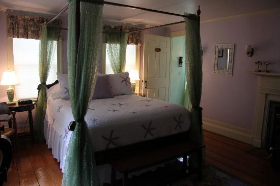 The 1750 Inn at Sandwich Center: Full canopy bed!